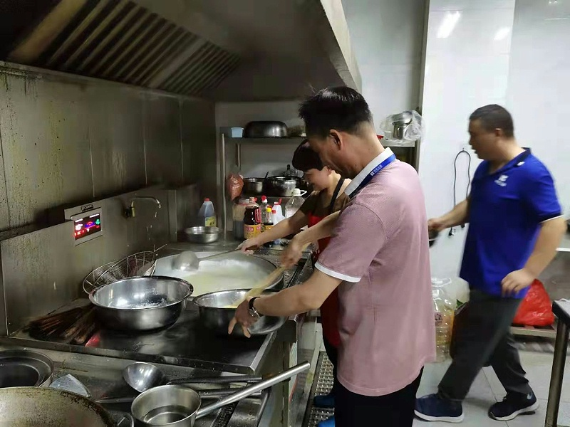 华东工控董事长为员工做晚饭